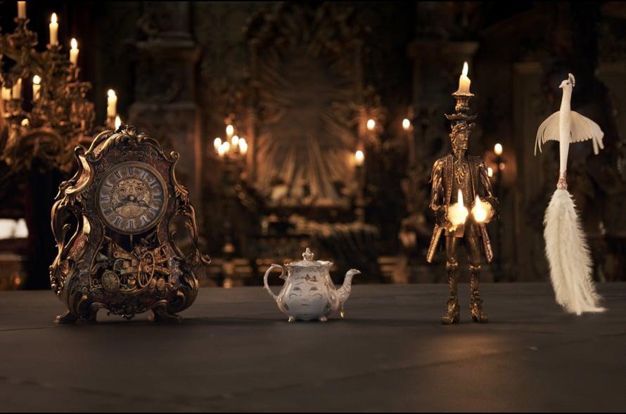 Linnan irtamisto on elossa. Könni-kello (Ian McKellen), Rouva Pannu (Emma Thompson), Lumiére-kynttilänjalka (Ewan McGregor) sekä Plumette-pölyhuiska (Gugu Mbatha-Raw).