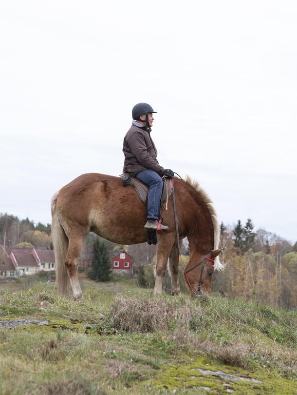 Kuvassa Heikki, joka kiipesi hevosen selkään ensimmäisen kerran yli nelikymppisenä.