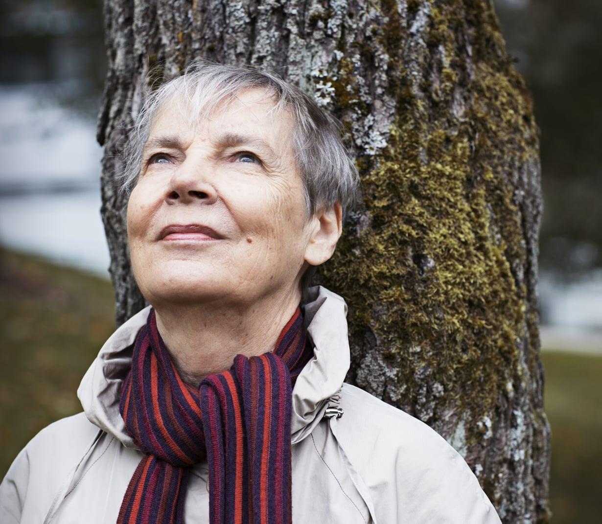 """""""Luopumisen harjoitus on osa vanhenemista. Sen antina on, että toistuvasti on mietittävä, mikä on tärkeää, mikä ei – ja sen mukaan valittava"""", Marjatta Grahn sanoo."""