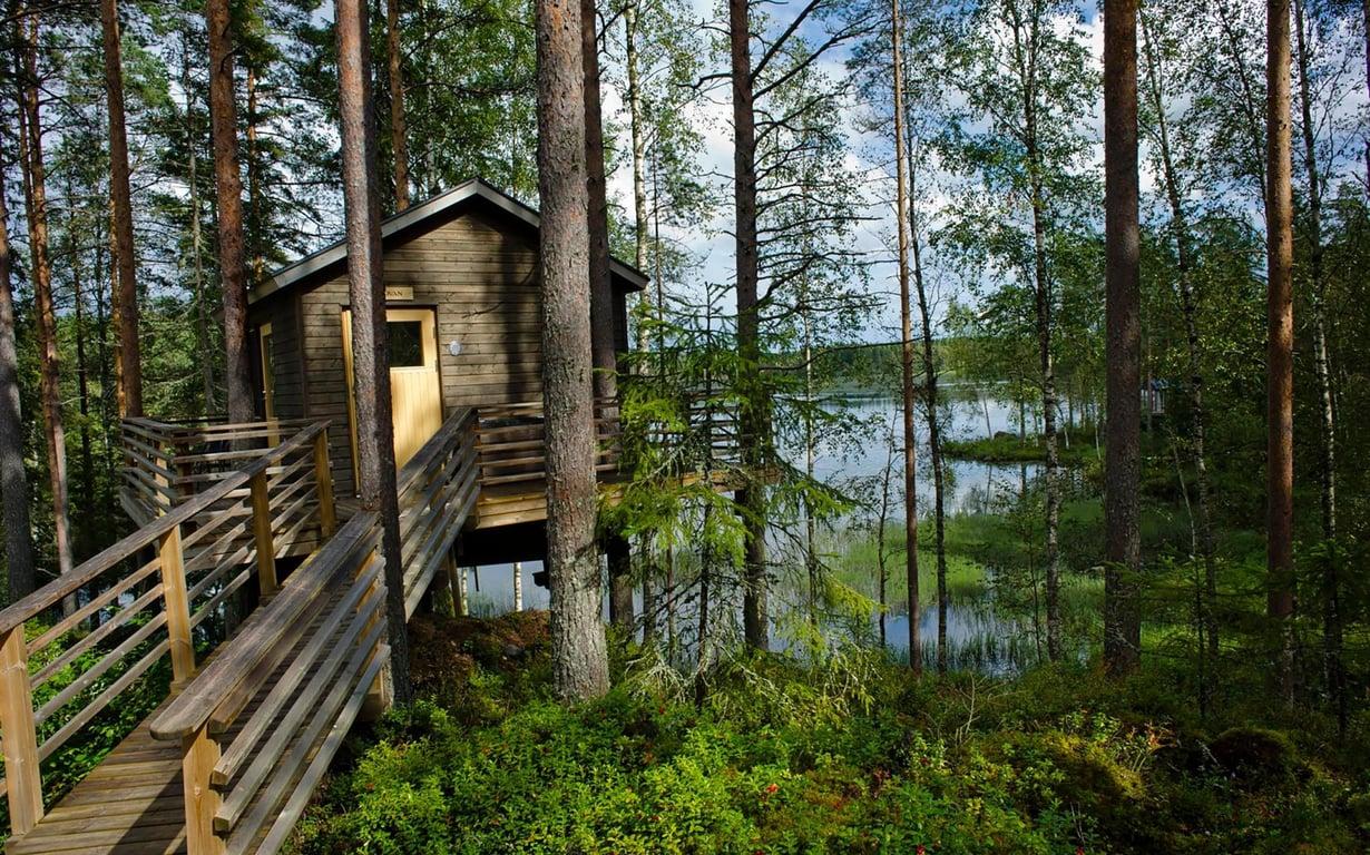 Kaikkien puumajojen ikkunat antavat ilta-aurinkoon. Ovan-mökkiin pääsevät myös liikuntarajoitteiset.