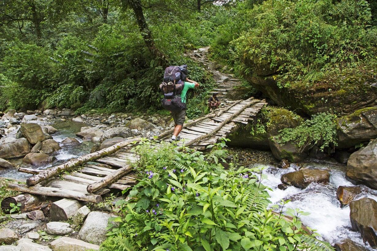 Vuoristopurot ylitetään toisinaan alkeellisia siltoja pitkin.