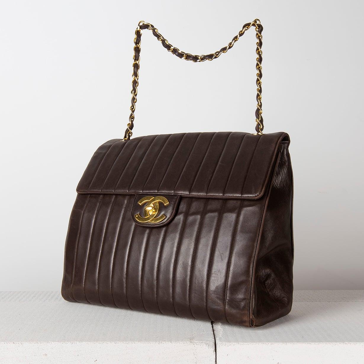 Merkkilaukut ovat suosittuja muoti-&vintage-huutokaupoissa. Tämä Chanelin nahkalaukku kooltaan 37x13x31 cm maksoi huutomaksuineen Bukowskin muotihuutokaupassa Tukholmassa keväällä runsaat tuhat euroa. Laukussa on hieman kulumia nurkissa.