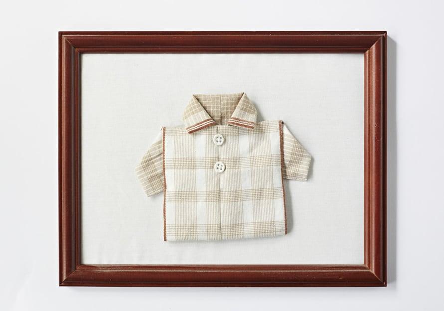 Ulla on taitellut japanilaisella taittelulla pienet paidat kalastaja-isänsä vanhoista kangasnenäliinoista. - Hän ei voinut käyttää merellä paperinenäliinoja, koska kädet oli aina märkänä. Isä oli pullukka ja leveäharteinen kalastaja, tein kaikille hänen lapsenlapsilleen pienen taulun muistoksi papasta hänen kuoltuaan.