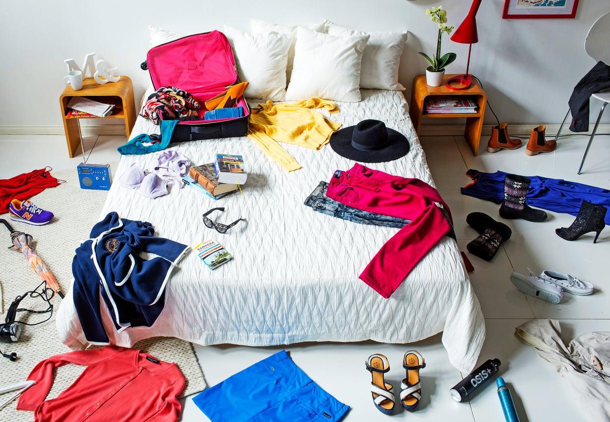 Moni aloittaa pakkaamisen keräämällä kaiken mahdollisen matkalaukun ympärille. Kun hieman jaksaa nähdä vaivaa suunnittelussa ja lajittelussa, niin homma helpottuu suunnattomasti.