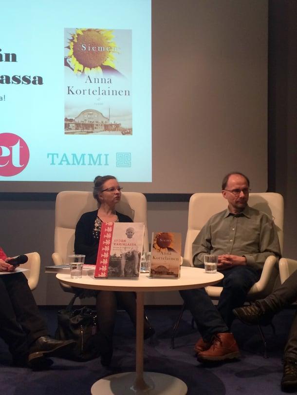 ET:n kirjaillassa lavalla puhuivat toimittaja Pia Hyvönen (vas.) ja kirjailijat Anna Kortelainen, Juha Nirkko sekä Sirkka-Liisa Ranta.