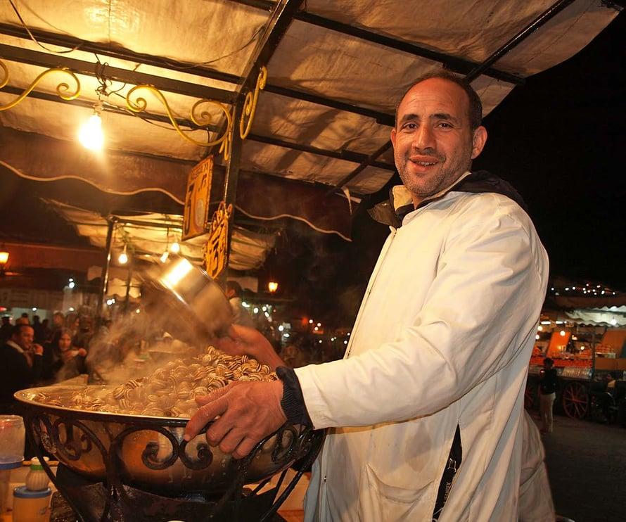 Lautanen höyryäviä etanoita Jemaa El Fna -torilta maksaa alle euron.