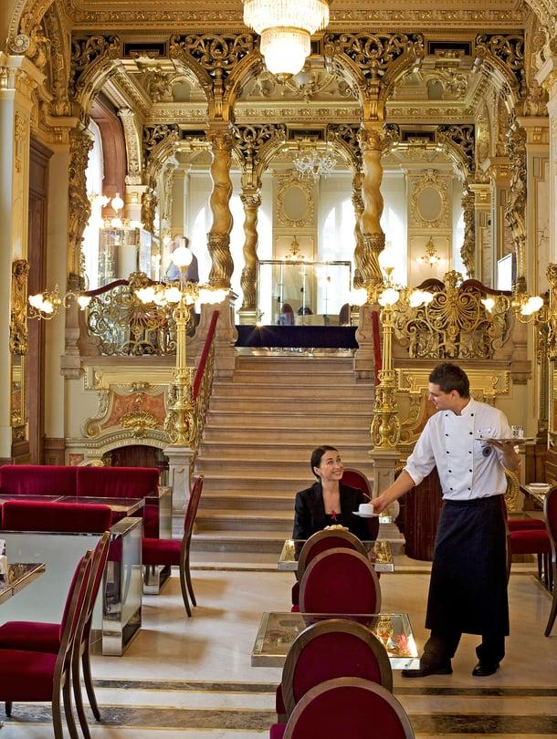 Budapestin New York -kahvilaan voi varata pöydän yhdelle.