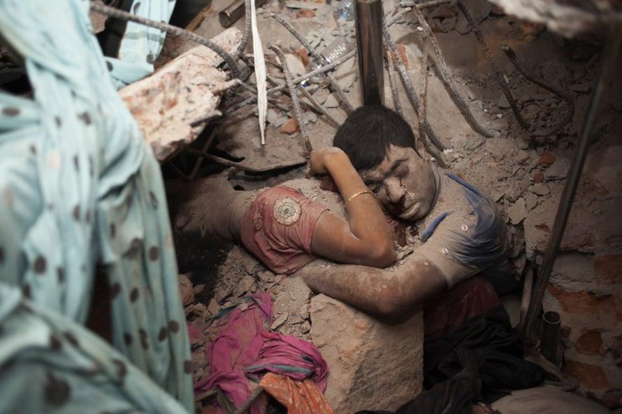 Taslima Akhter, Bangladesh. Kaksi Bagladeshissa romahtaneen mattotehtaan toisiinsa kietoutunutta uhria.