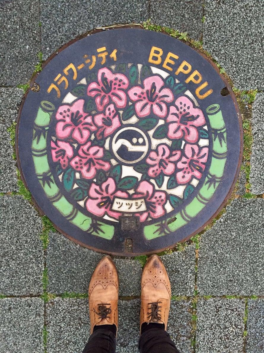 """Japanissa kylttejä ja merkkejä on joka puolella, jopa kaivonkansissa. Kuva Beppu-nimisestä kaupungista, joka sijaitsee Kyushun saarella. Kuva: <span class=""""photographer"""">Inka Simola</span>"""