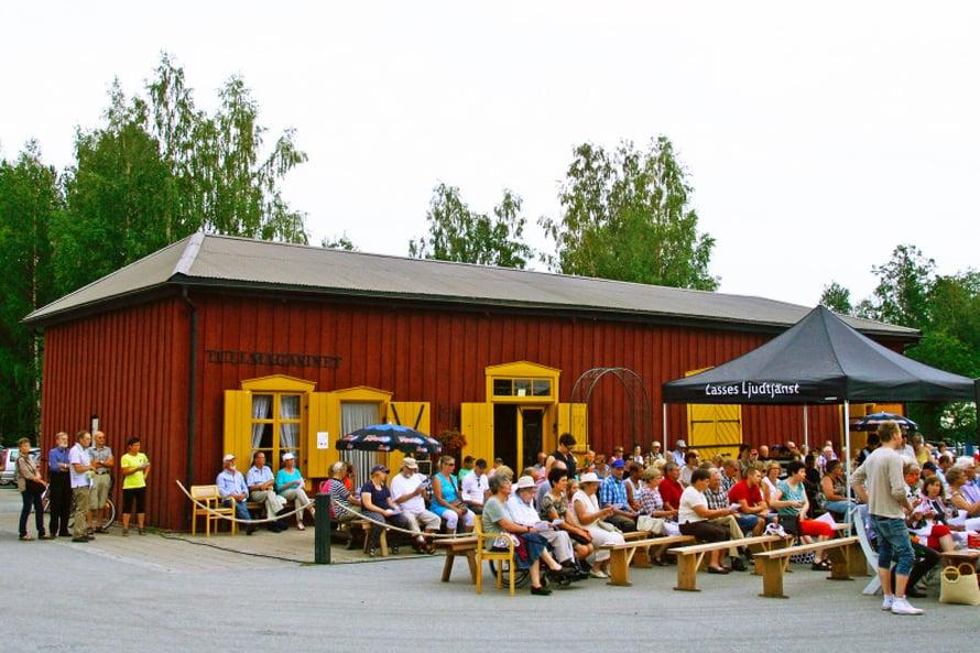 Uudenkaarlepyyn vierasvenesatamassa, Andra sjön nimeltään, oli yhteislaulua ja kahvila.