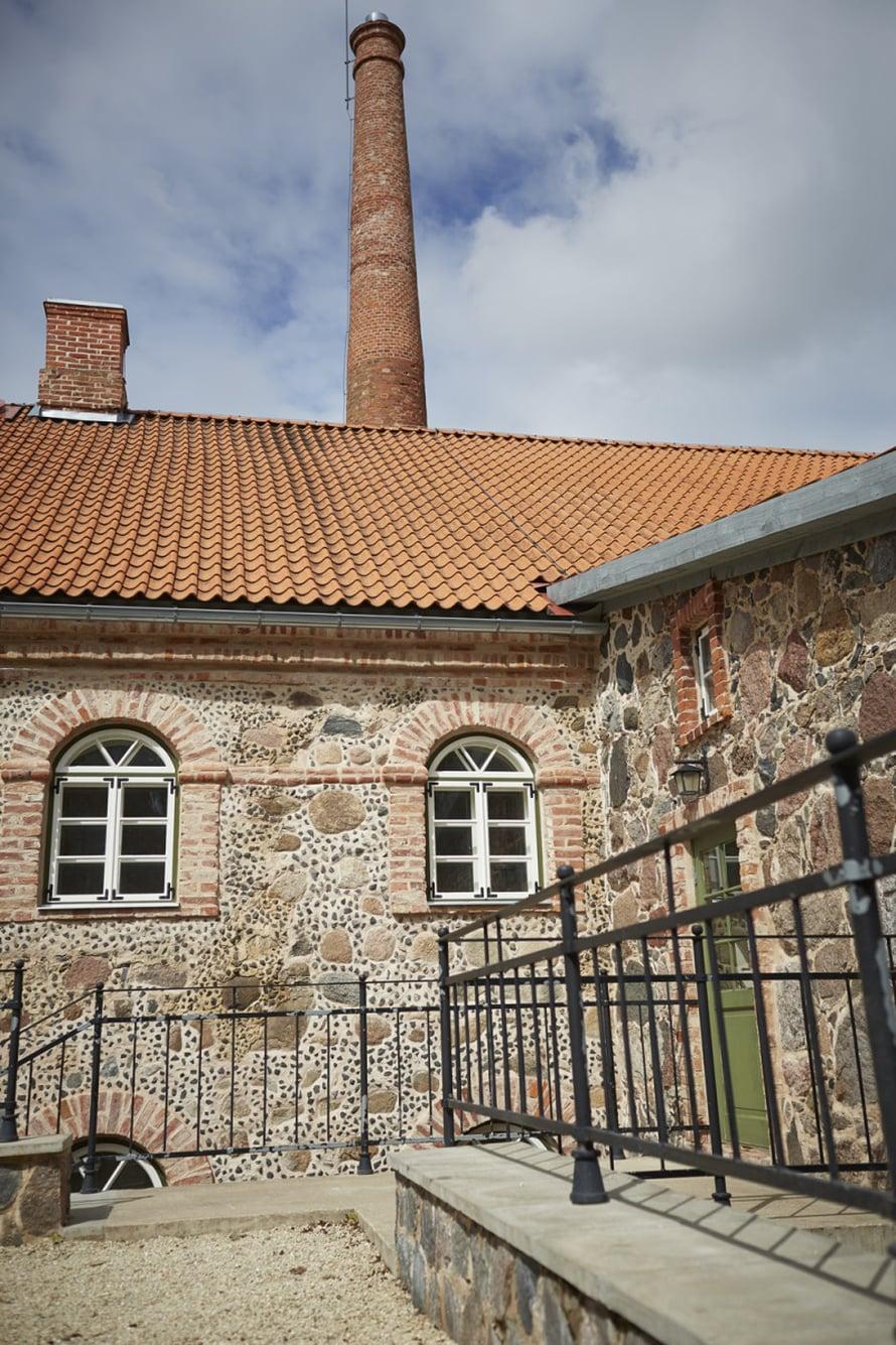 Olustveren kartani 20 km päässä Viljandista on eräs parhaiten säilyneitä kartanokokonaisuuksia Virossa.