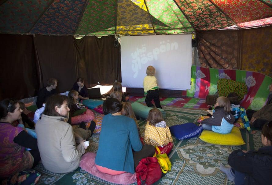 Lastenelokuvanäytöksen yleisöä.