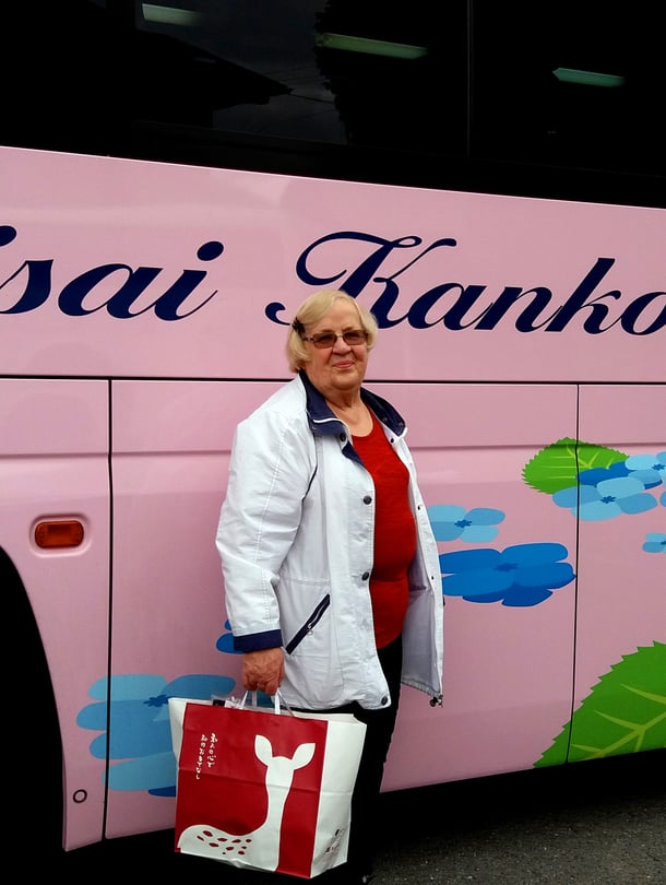 Kuljimme Japanissa bussilla, joka oli upeasti maalattu, kertoo Kerttu Miettinen.