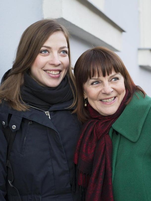 Siv Skogman ei  ole osallistunut  tyttärensä poliittiseen uraan, mutta on ollut taustalla tukena.