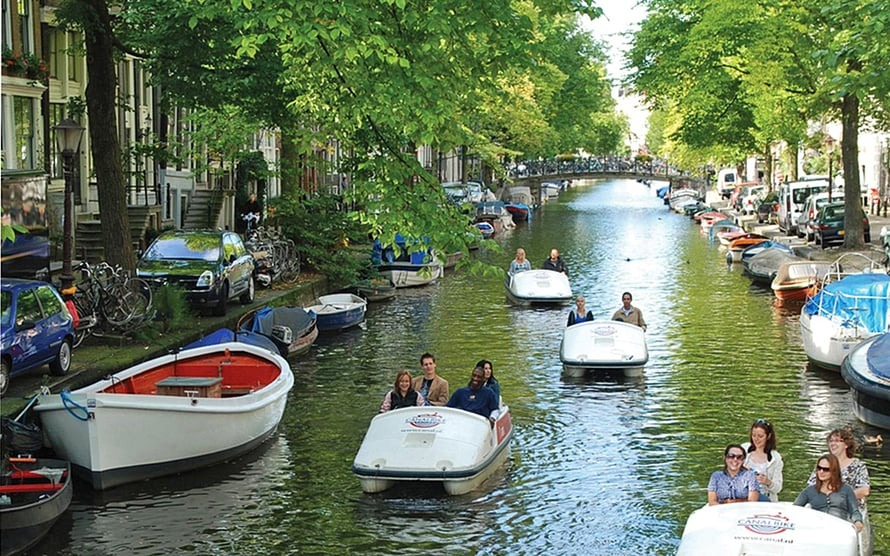 Amsterdamissa saa polkuveneen 1,5 tunniksi 8 eurolla.