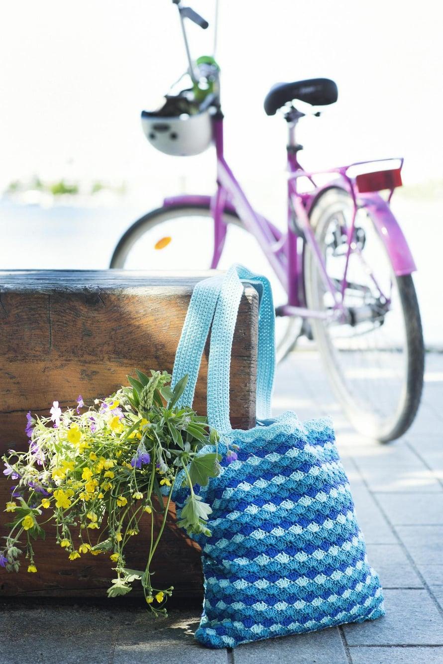 Rento, verkkomainen kassi on mukava heittää olalle tai kietaista pyörän ohjaustankoon.