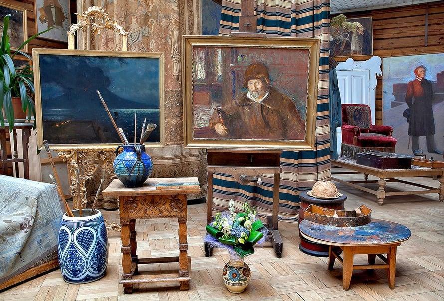 Ateljeessa on esillä viimeinen Ilja Repinin maalaama omakuva vuodelta 1920. Maalaus toisessa telineessä esittää Vesuviusta, ja oikealla näkyy kirjailija Aleksandr Puškinin muotokuva