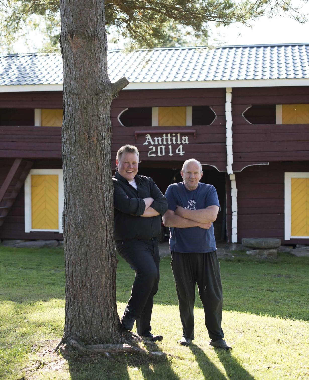 Isä ja poika. Luhdin he rakensivat tilan vanhan päärakennuksen hirsistä.