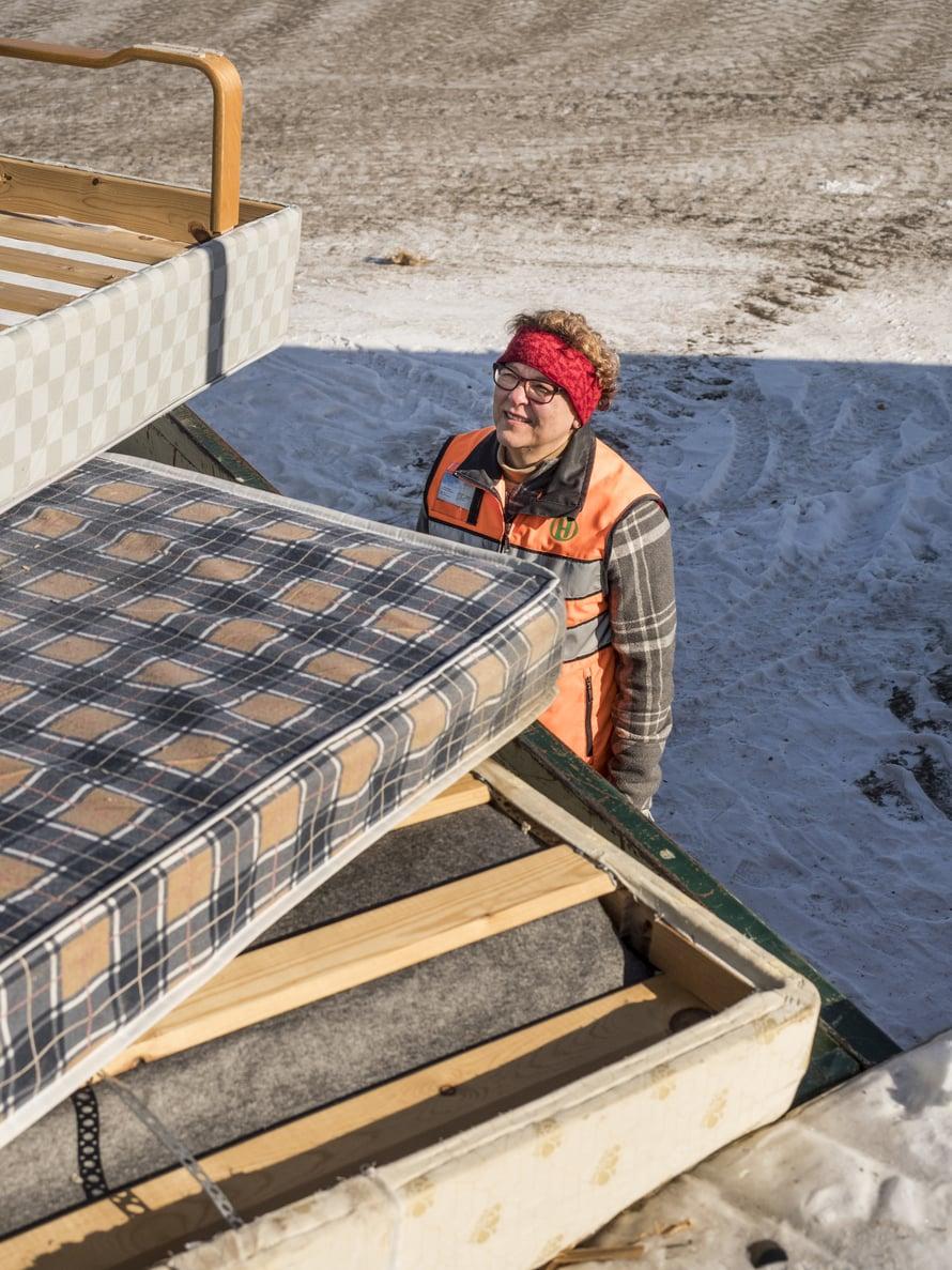 Huonekalu- jäte on pirullisen sitkeää, tietää asukaspalvelupäällikkö Päivi Rahkonen. Vuodessa sitä käsitellään 800 tonnia.