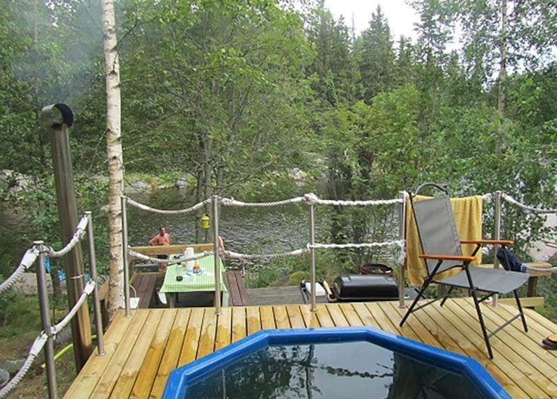 Merikarvialla Koukkari-saaressa yövytään kahdessa sähköttömässä hirsi-rakennuksessa. Saaressa on sauna ja iso palju. Tarjolla on neljän päivän valmismatkoja, kysy myös räätälöityjä lomia. 2 hh alk. 185 e/hlö/4 päivää. velinmatkat.fi