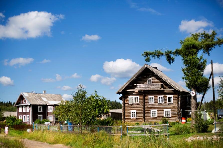 Suuren Selän kylässä vietetään Iljan päivän praasniekkaa 2.8. Kylämiljöö 1800-luvun hirsitaloineen on ainutlaatuisen kaunis.