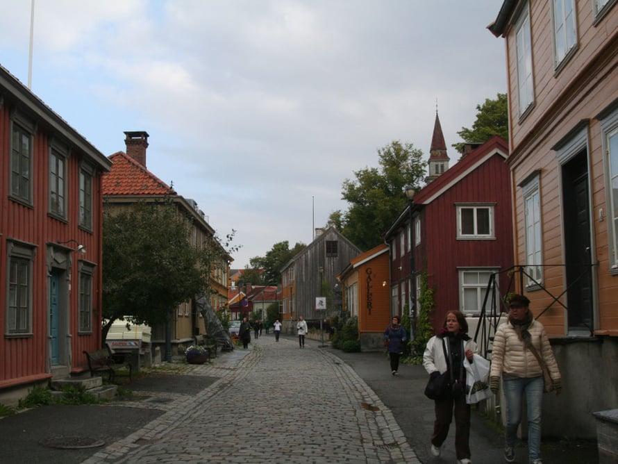Trondheimin Bakklandetissa, vanhalla työläisalueella on kortteleittain vanhoja, värikkäitä puutaloja ja laiturivarastoja 1600-luvulta asti. Nyt Bakklandet on trendikäs, Nidelva-joen kupeessa on niin pittoreskeja kahviloita kuin söpöjä kauppojakin