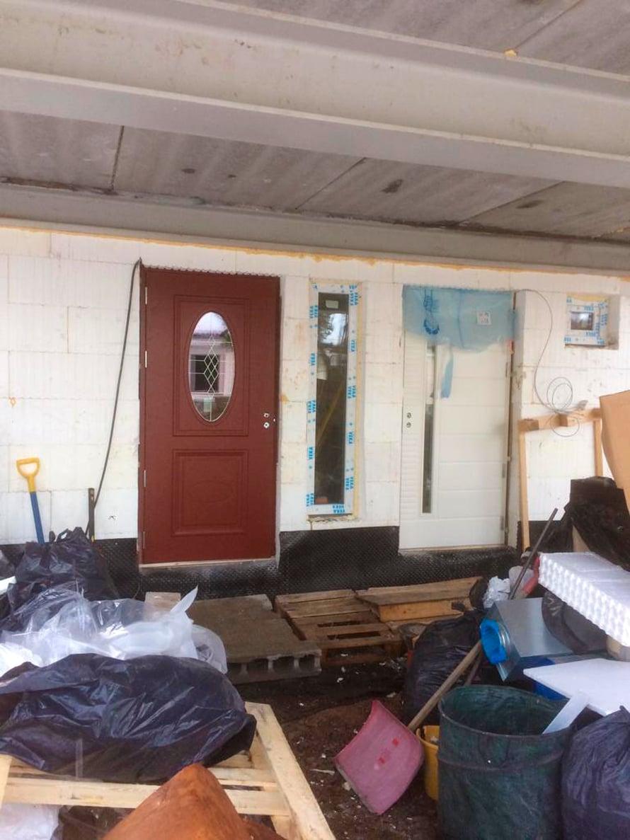 Vasemmalla pääovi asennettuna ja sen vieressä varaston ovi.