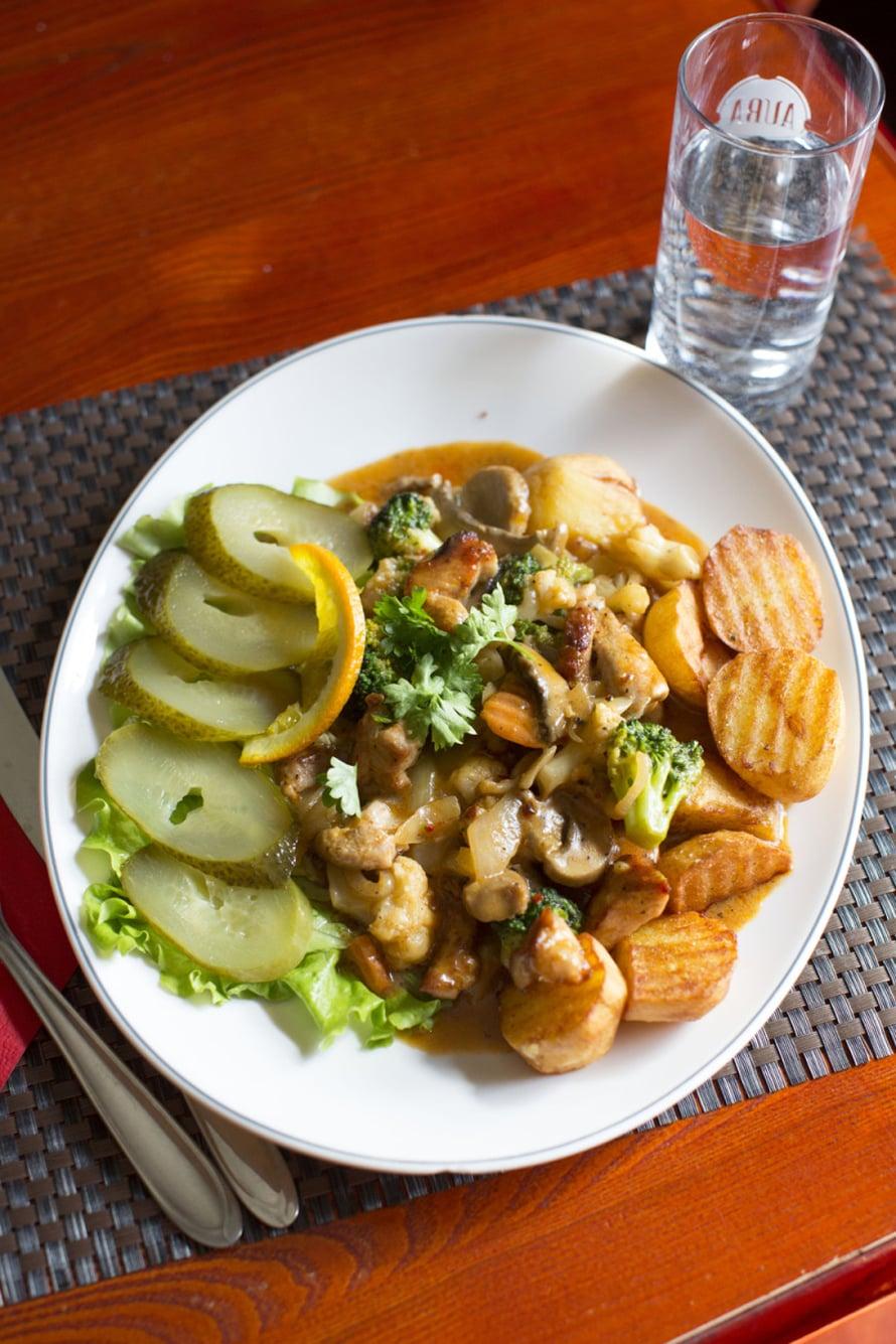 Suur Vend Pubissa kannattaa syödä poikamiehen lounas (poissmehe lõuna), joka on maukas pyttipannu päivän aineksista. Tuhti annos maksaa 3,90 euroa.