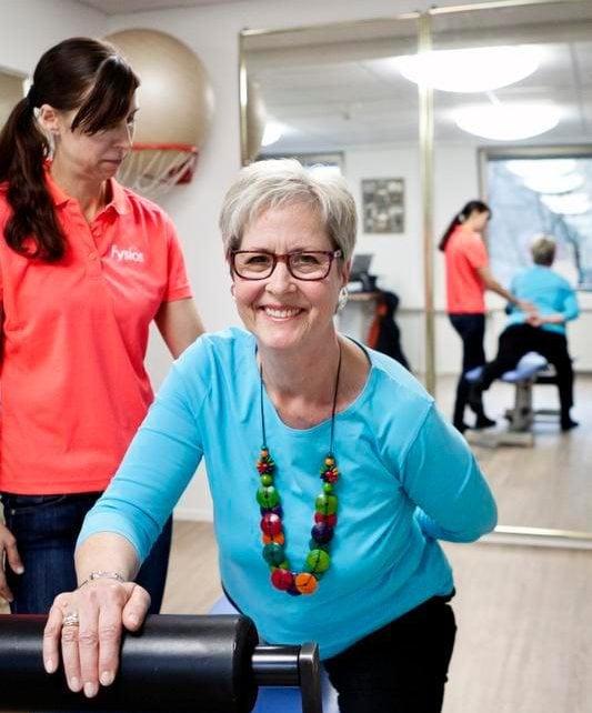 Fysios SelkäCenterin fysioterapeutti Iida Aulas ohjaa Lis Merisalon harjoituksia.