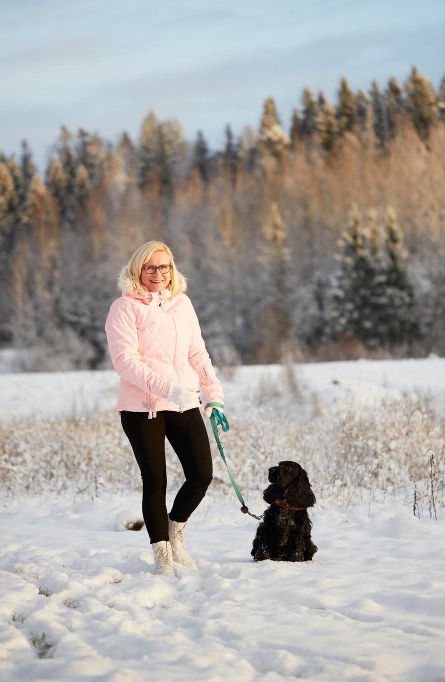 Riina lenkkeilee rennosti Teuvo-koiran kanssa.