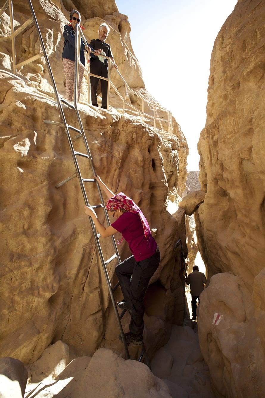 Eilatin seudulla on useita päiväretkille sopivia kohteita. Punainen kanjoni vaatii rohkeutta, sillä reitti kulkee välillä tikkailla.