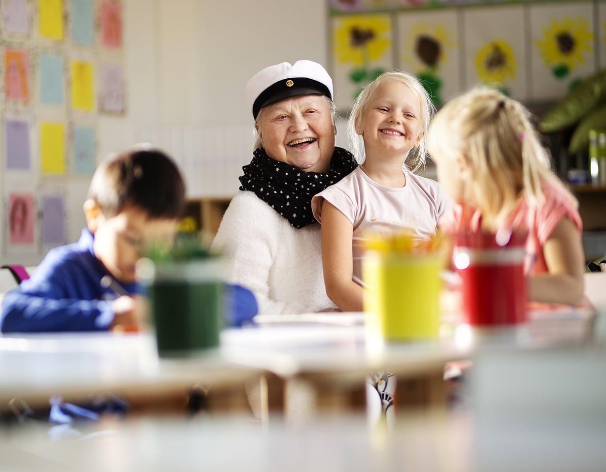 Ylioppilas Riitta Soininen jatkaa koulumummokeikkojaan. Sylissä Alma Lampinen.