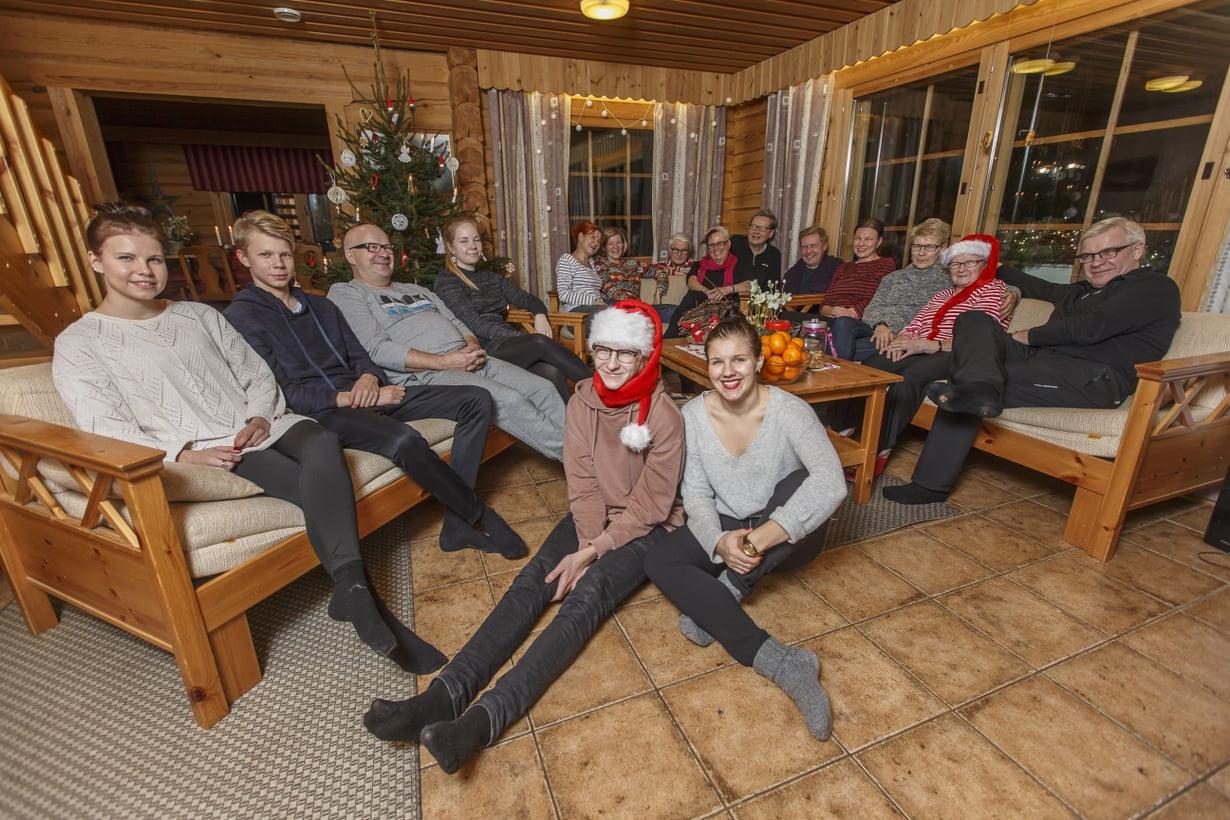 Kuvassa vasemmalta: Pinja, Elmeri, Pauli, Suvetar, Tarja, Pirjo, Pentti, Maija-Leena, Heno, Keijo, Heli, Eija, Sinikka-mummo ja Mauri. Edessä Severi ja Kaisa.
