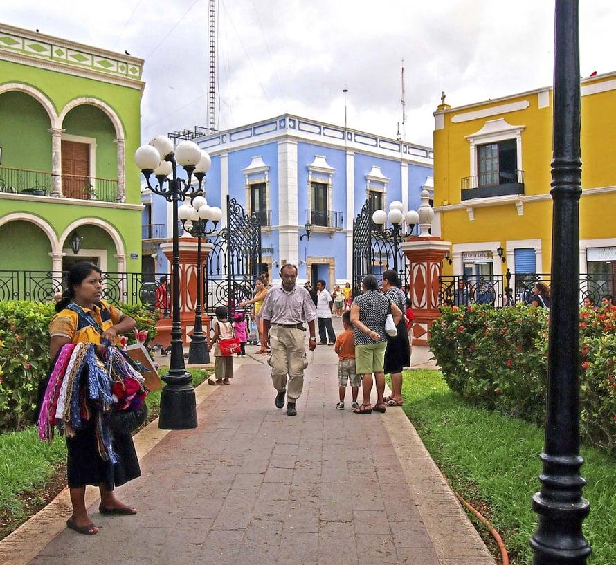 Talot hehkuvat pastelliväreissä Campechen linnoituskaupungissa.