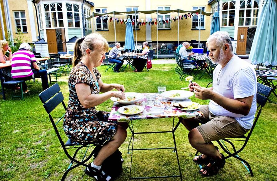 Pietarsaarelainen musikcafé After Eight tarjoaa ruokaa sisäpihalla.