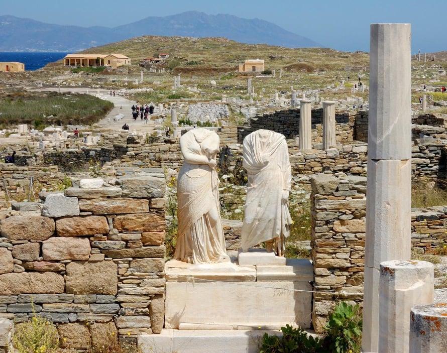 Jotkut Deloksen patsaat ovat alkuperäisten kopioita.