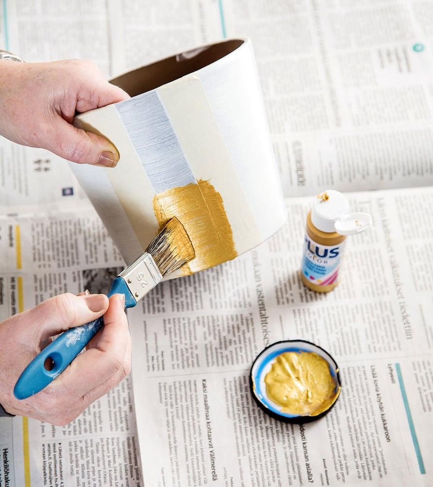 Suojaa ruukku teipillä, jos haluat maalata esimerkiksi raitoja.