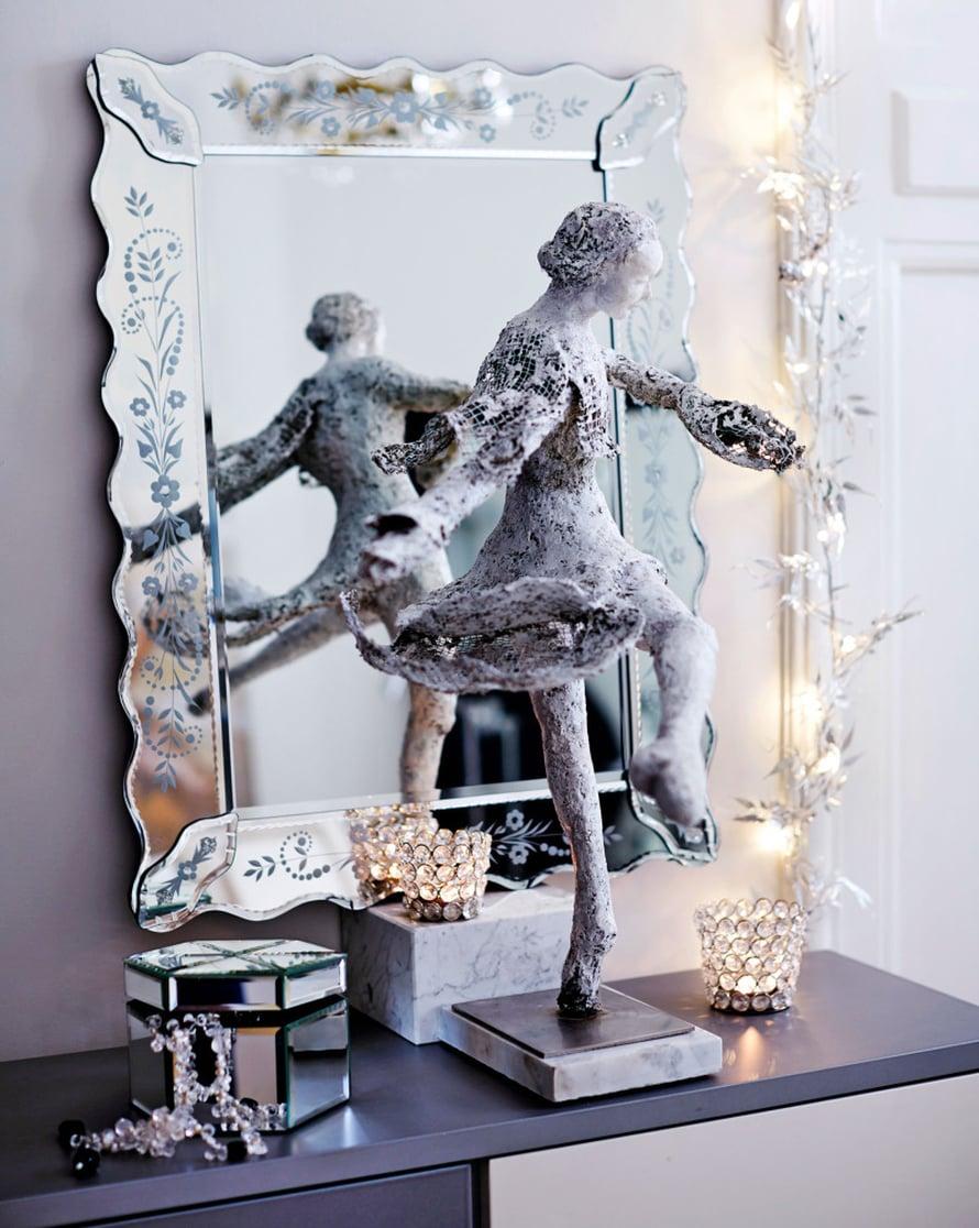 Vauhdikkaan Talvi-tanssija-veistoksen on työstänyt teräsverkostaja paperimassasta taiteilija Mi Kuoppa. Oksista kootussa jykevässä seppeleessä on korutonta Betlehemin tallin henkeä.