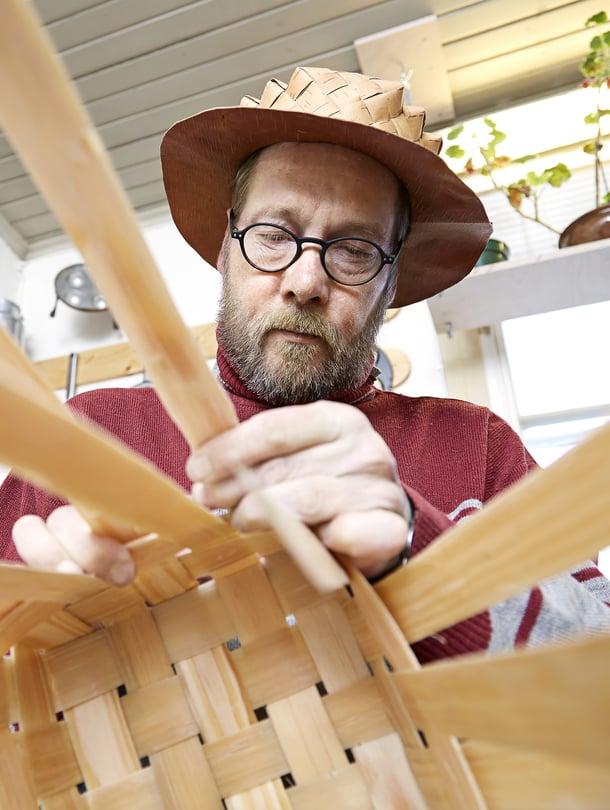 Erkki Ojala on tehnyt nelisenkymmentä pärekoria, mutta yhtään ei ole vielä liiennyt myyntiin.