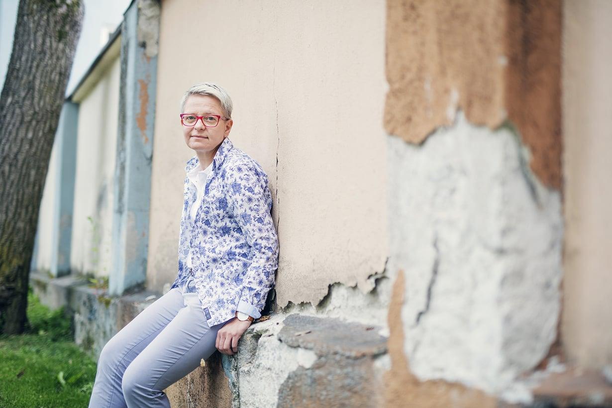 – Päihteistä luopuminen on vasta raitistumisprosessin alku, Virpi Karhu sanoo. Vuonna 1967 syntynyt Virpi asuu Kokkolassa ja on ammatiltaan päihde- ja läheisohjaaja.