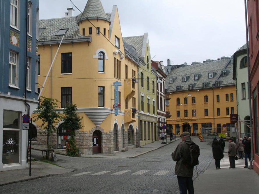 Ålesund tuhoutui tulipalossa vuonna 1904 lähes täysin. Uusien talojen suunnitteluun osallistui yli 50 norjalaista arkkitehtia. Uusi Ålesund rakennettiin kivestä ja tiilestä jugend-tyyliin. Se on yksi yhtenäisimmistä jugend-kaupungeista maailmassa.