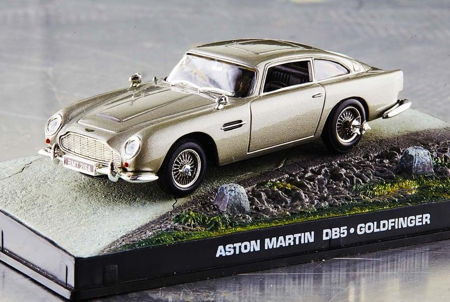 Aston Martinin pienoismalli vihjaa James Bondin automausta.