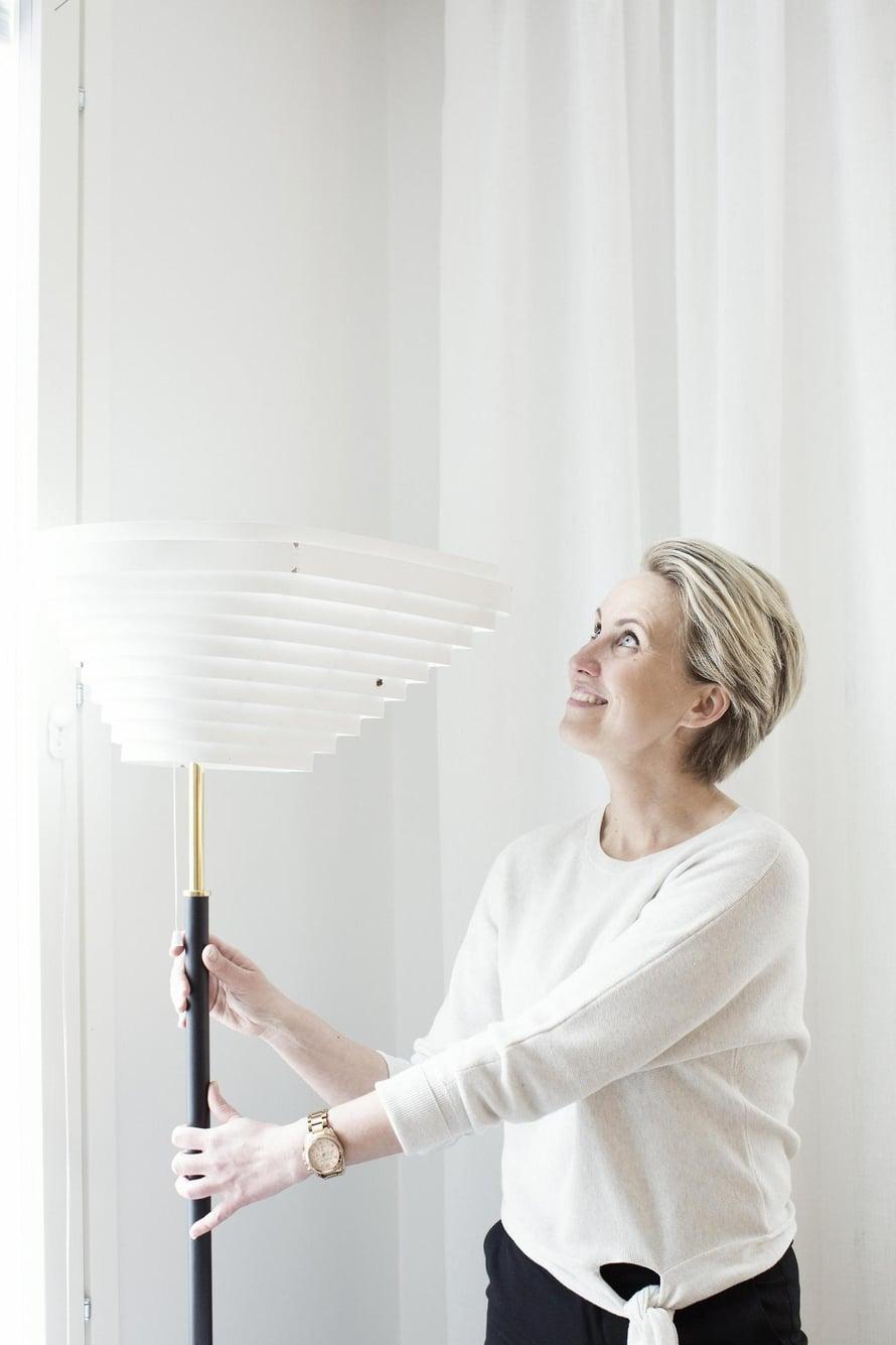 Sisustussuunnittelija Niina Ahonen etsii Aallon valaisimelle sopivaa paikkaa.