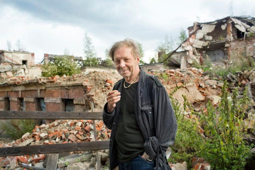 Andrei Kolomoiski, 60, on Viipuri-aktivisti ja Vyborgski Vedomosti -lehden toimittaja. Hän on äänekäs kaupunginhallituksen ja korruption arvostelija.Kävelemme vanhassa kaupungissa ja näyttäessään kaksi vuotta sitten puretun sähkölaitetehtaan raunioita Andrei toteaa synkästi, että vanha Viipuri kuolee.– Kaupunki sai tästä talosta 17 miljoonaa ruplaa ja etsii muka sijoittajia. Mutta investoijat vetäytyvät joutuessaan tekemisiin kaupunginhallinnon kanssa. Korruption osuus on liian suuri. Pelkään, että raunioille ei tehdä mitään.