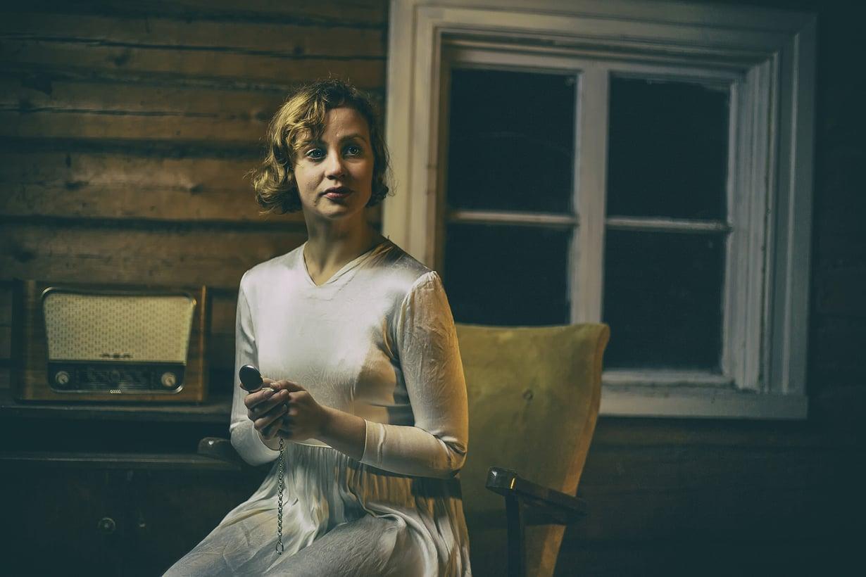 Saara Elina näyttelee vaimoa talvisodan kotirintamalla.