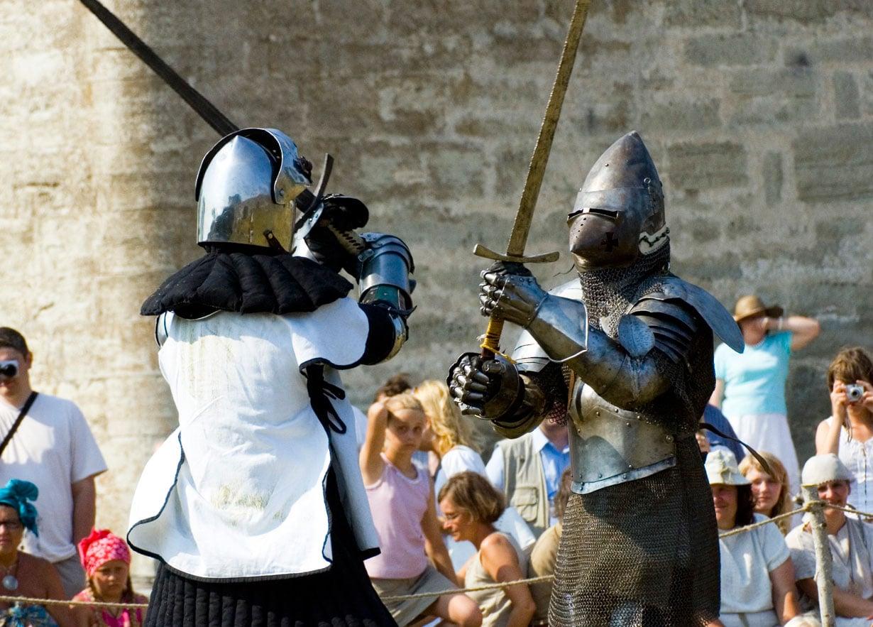 Kesäisin Kuressaaren Piispanlinnassa järjestetään keskiaikaisia turnajaisnäytöksiä.