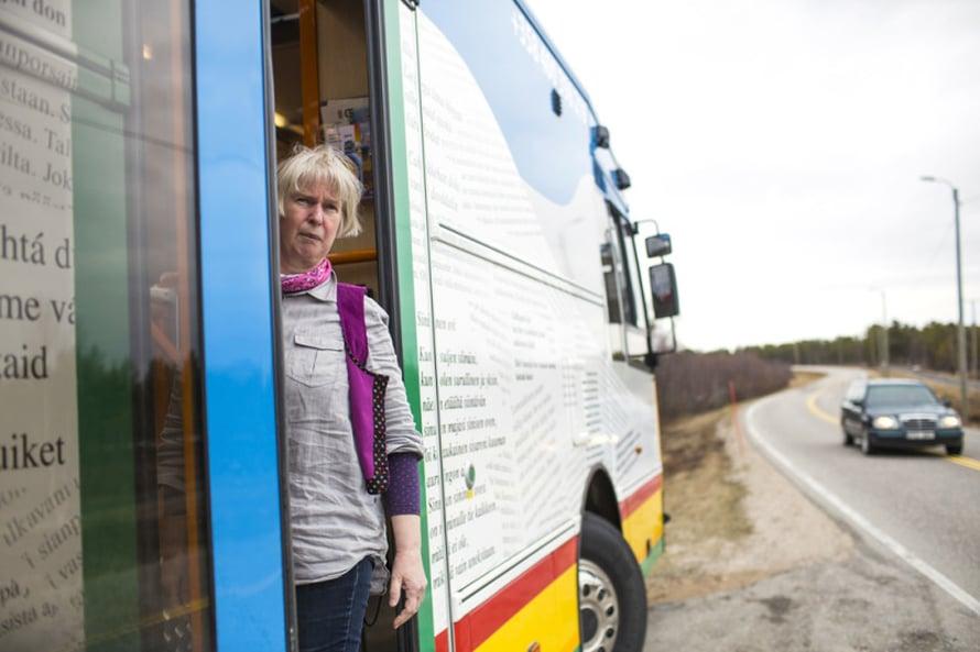Perdita Fellman vuorottelee kirjastoautossa kollegansa kanssa.
