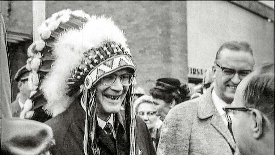 Kekkonen intiaanipäähine päässään Yhdysvaltain-matkalla 1961. Kuvaaja oli Kalle Kultala.
