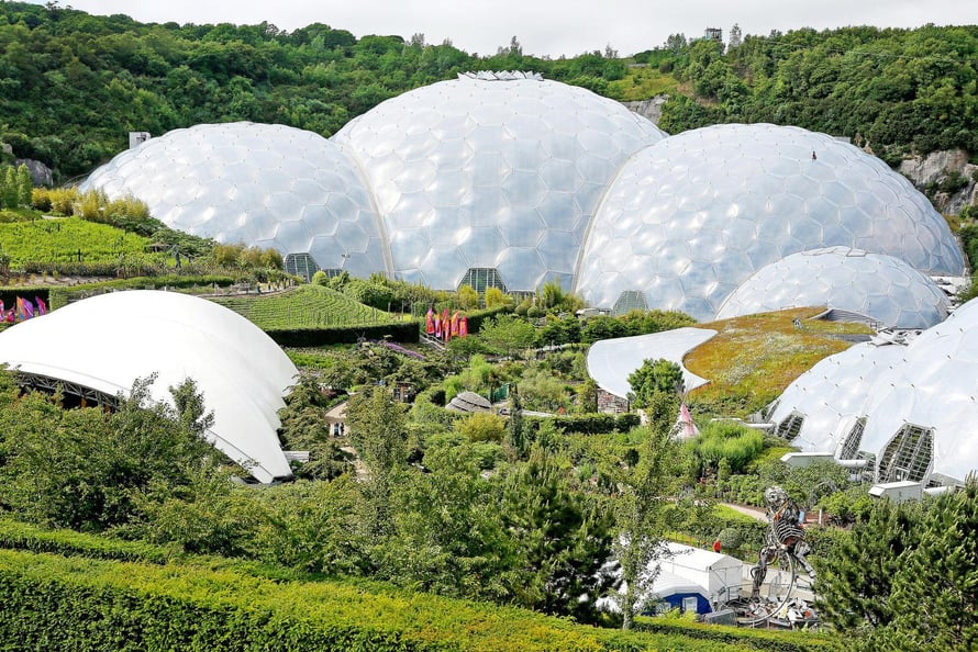 Eden Projectin jättimäiset kasvihuoneet sijaitsevat Cornwallissa.