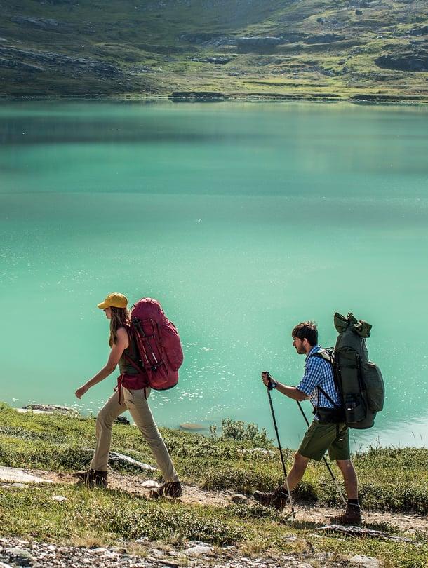 Helteisen päivän päätteeksi reippaimmat kävelijät pulahtivat hyiseen järveen.